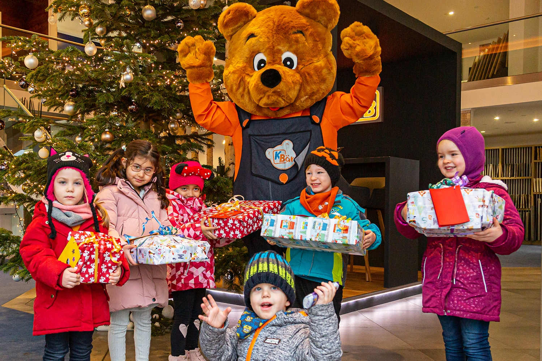 KBär übergibt Geschenke an Kita